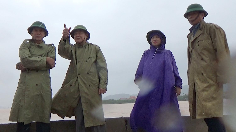 Đồng chí Đoàn Minh Thọ kiểm tra tình hình mưa lũ ở xã Quảng Hải