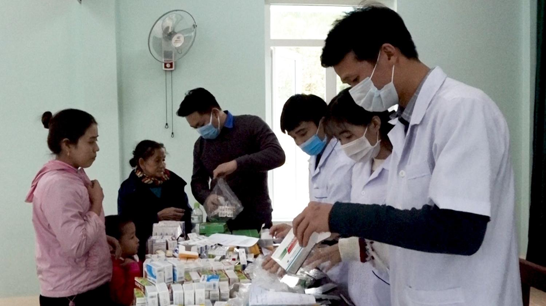 Bệnh viện Đa khoa khu vực BQB cấp phát thuốc miễn phí cho người dân