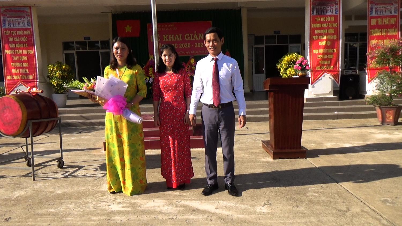 Đồng chí Nguyễn Văn Tình - Thị ủy viên, Phó Chủ tịch UBND thị xã tặng hoa chúc mừng tại lễ khai giảng năm học mới.
