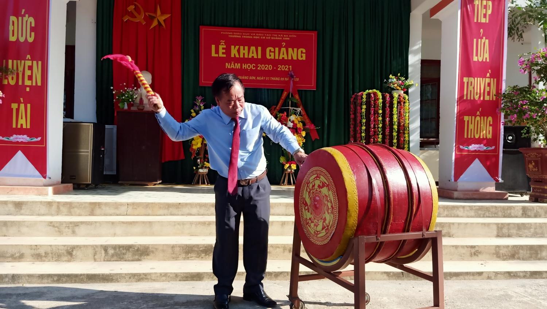 Đồng chí Mai Tất Thắng – UVTV Thị ủy, Phó Chủ tịch HĐND thị xã đánh trống khai giảng năm học mới tại trường THCS Quảng Sơn.