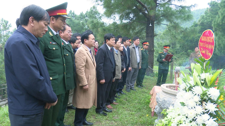 Lãnh đạo thị xã Ba Đồn viếng mộ Đại tướng nhân kỷ niệm 76 năm ngày thành lập quân đội nhân dân Việt Nam (2)
