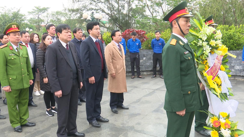 Lãnh đạo thị xã Ba Đồn viếng Nhà bia tưởng niệm nhân kỷ niệm 76 năm ngày thành lập Quân đội nhân dân Việt Nam.