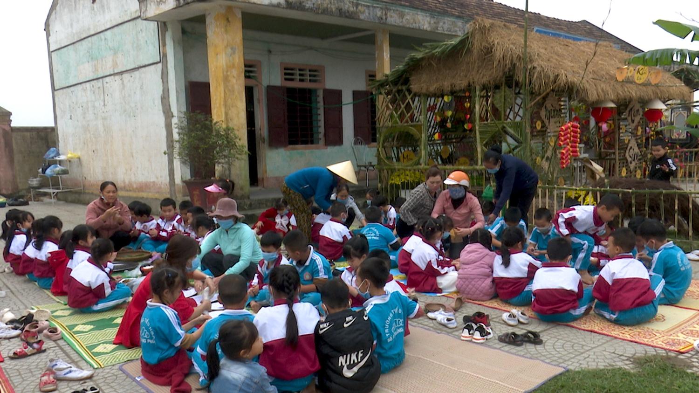 Trường tiểu học số 2 Quảng Phúc tổ chức động gói bánh chưng, bánh tét