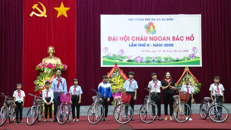 Uỷ ban Mặt trận TQVN thị xã Ba Đồn tặng xe đạp cho 8 em học sinh có hoàn cảnh khó khăn vươn lên học giỏi